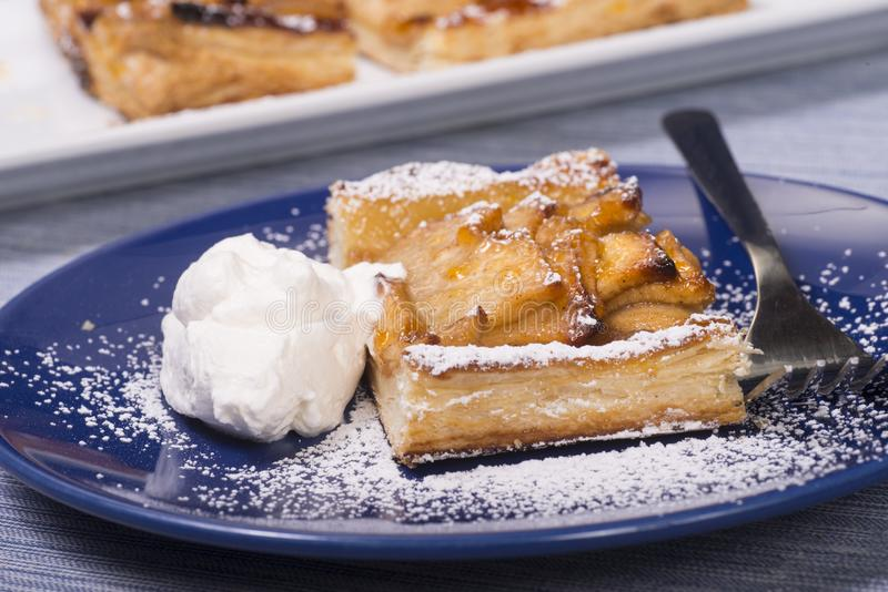 Деревенский пирог яблока с поливой абрикоса стоковая фотография