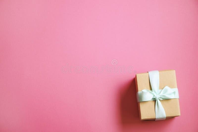 Деревенский состав с красивым настоящим моментом в оборачивать ремесла бумажный Закройте вверх подарка на день рождения в коричне стоковая фотография rf