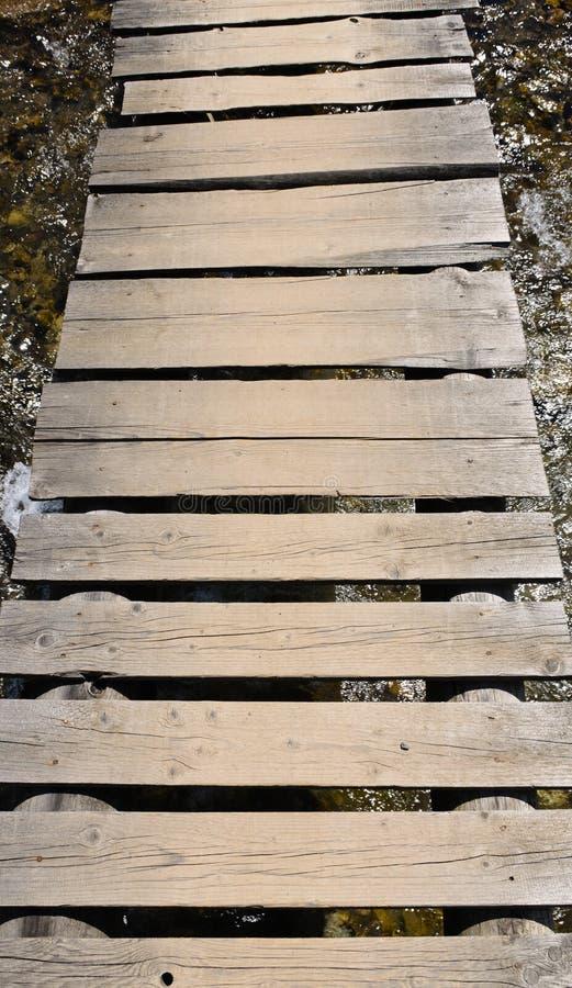 Деревенский старый деревянный footbridge стоковая фотография rf