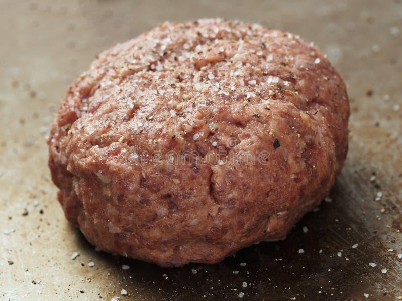 Деревенский сырой закалённый пирожок гамбургера стоковые фото