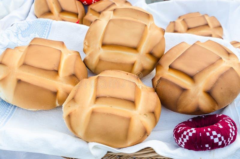 Деревенский хлеб в корзине стоковые фото