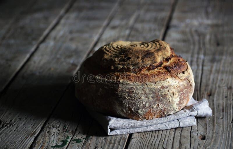 Деревенский хлебец sourdough, artesan хлеб на древесине стоковое фото rf