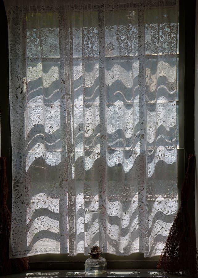 Деревенское окно коттеджа с масляной лампой угля стоковое изображение