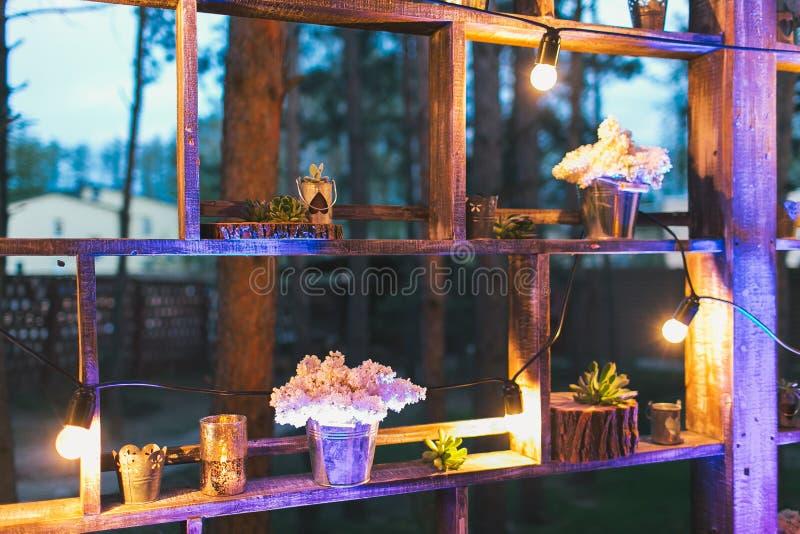 Деревенское оформление свадьбы, стойка полки с расположениями сирени и su стоковые изображения rf