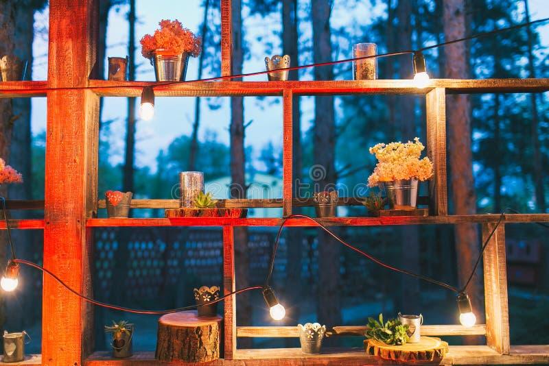 Деревенское оформление свадьбы, стойка полки с расположениями сирени и su стоковая фотография