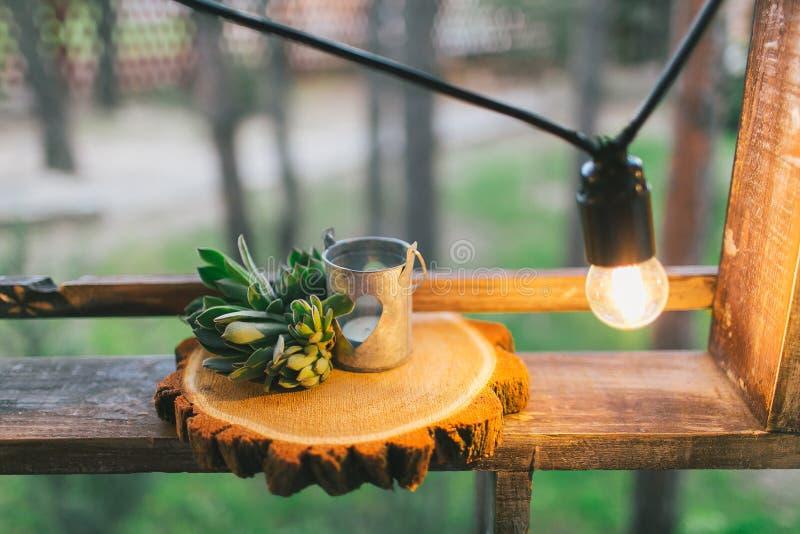 Деревенское оформление свадьбы, украшенная деревянная циновка с succulent стоковые фотографии rf