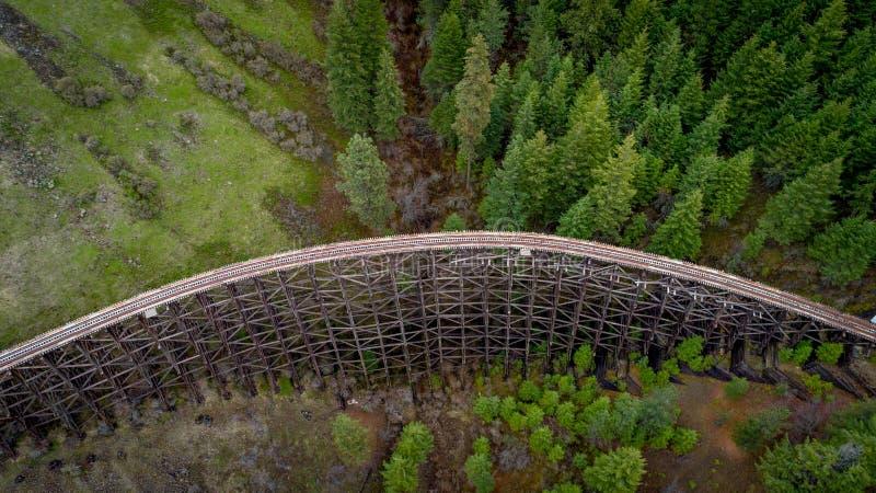Деревенское старое bridege поезда водит через глушь Айдахо стоковые фотографии rf