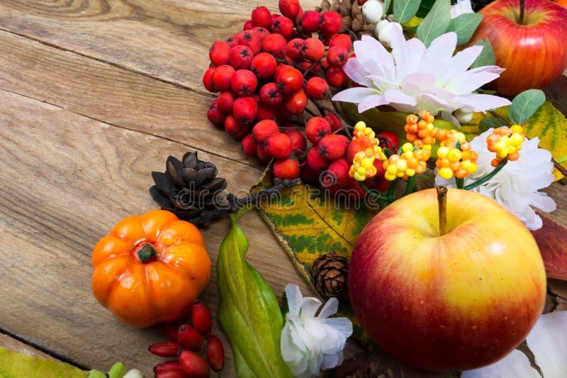 Деревенское украшение падения с яблоком, тыквой и белой silk маргариткой стоковая фотография
