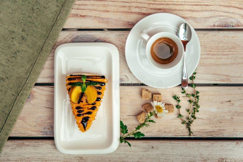 Деревенское breakfest с кофе и тортом на деревянном столе с вилкой и ножом стоковые фото