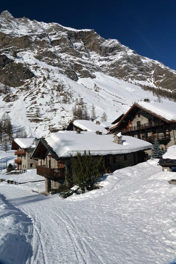 Деревня в зиме, долина Pellaud высокогорная Rhemes, Аоста, Италия стоковые изображения rf