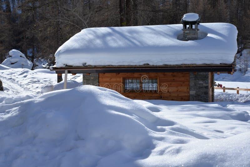 Деревня в зиме, долина Pellaud высокогорная Rhemes, Аоста, Италия стоковые фотографии rf