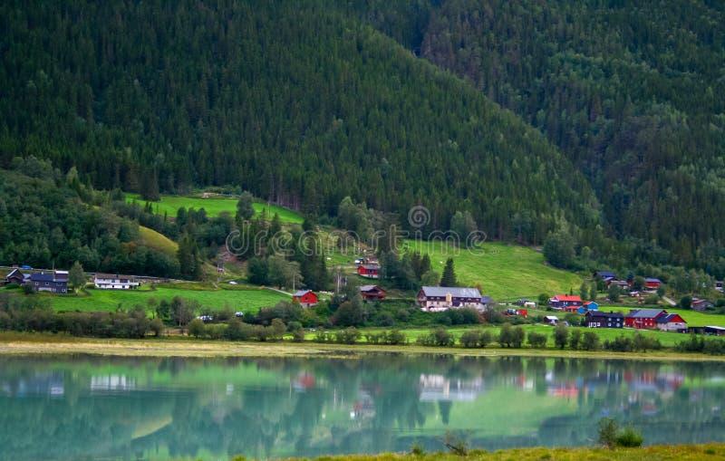 Деревня в норвежских горах стоковая фотография rf