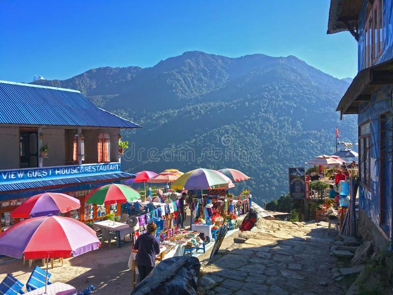 Деревня в треке Annapurna гор Гималаев стоковая фотография
