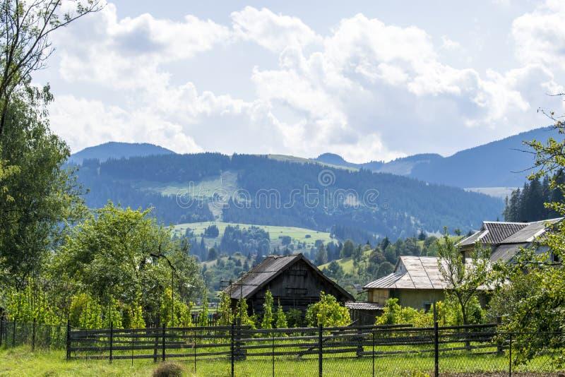 Деревня в украинских горах стоковое изображение rf