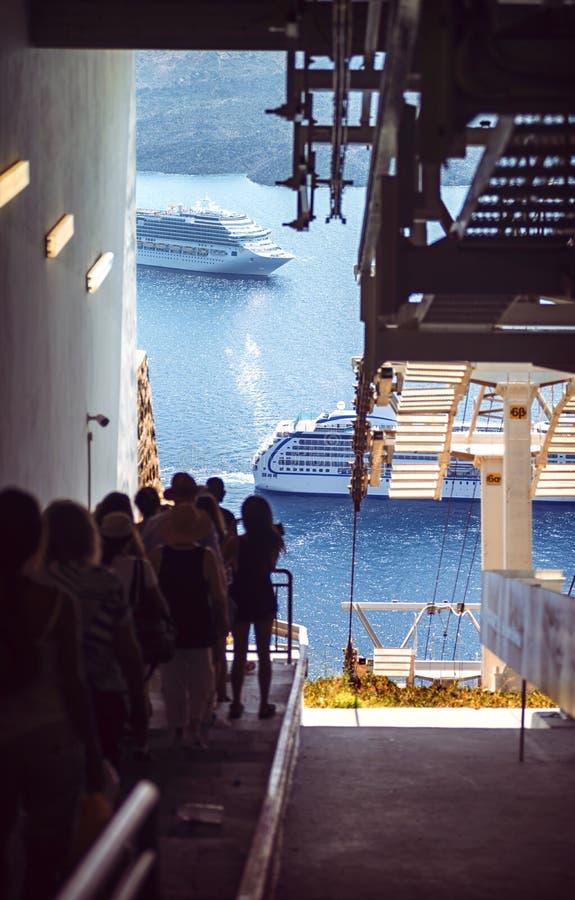 Деревня Греции, острова Santorini, Oia, кабел-кран к порту стоковые фото