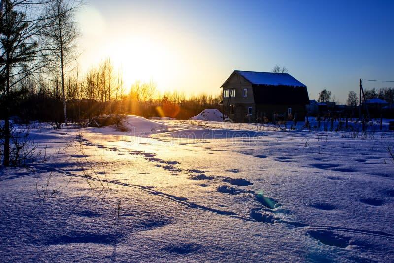 Деревня захода солнца зимы в холодном вечере Русская зима стоковое изображение