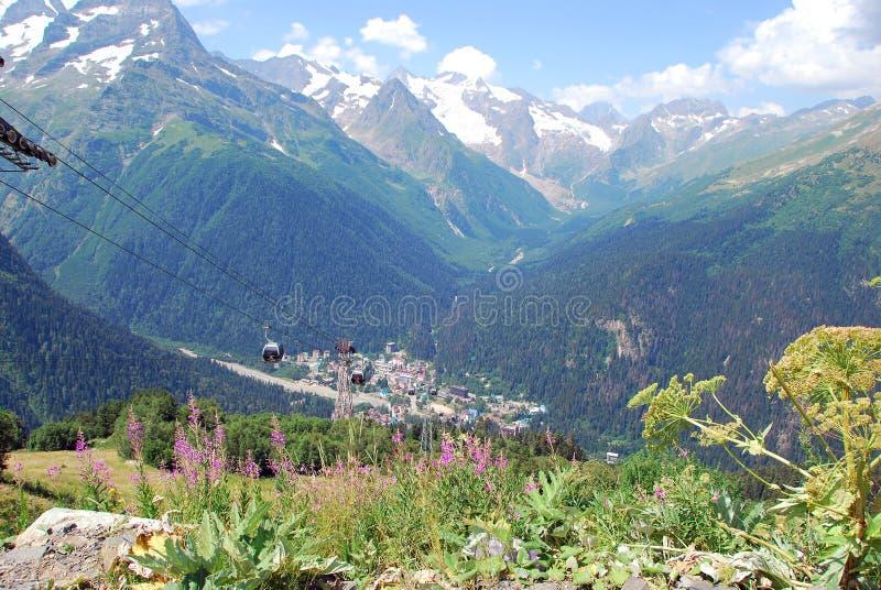 Деревня и горные пики Dombay стоковые фотографии rf