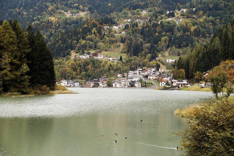 Деревня и озеро Alleghe стоковые изображения
