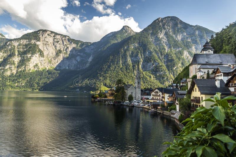 Деревня и Hallstatter Hallstatt видят озеро горы в Австрии стоковые фотографии rf