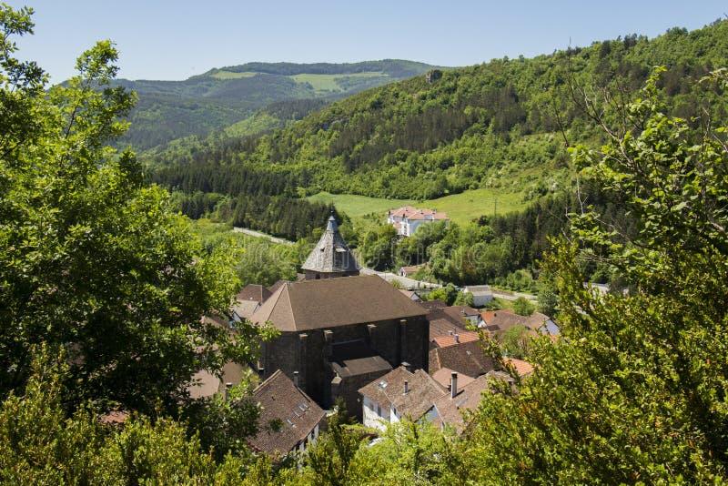 Деревня между деревьями стоковые фотографии rf