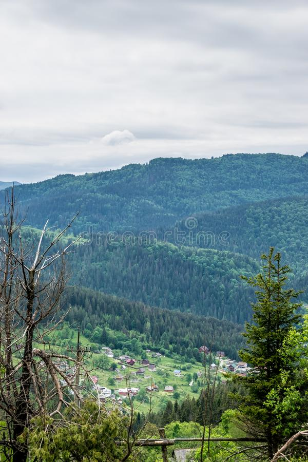 Деревня на горных склонах стоковая фотография rf