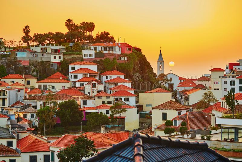 Деревня на заходе солнца, Мадейра Camara de Lobos, Португалия стоковые фотографии rf