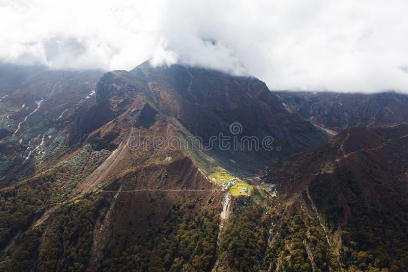 Деревня на наклонах горы, Непал стоковое изображение rf