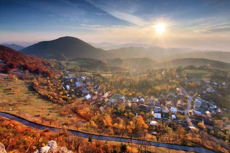 Деревня на осени с солнцем стоковые изображения