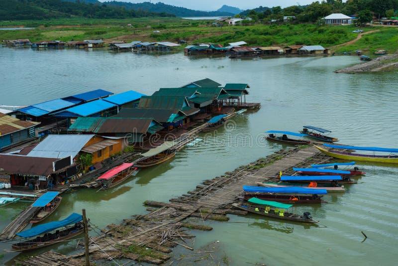 Деревня на реке с деревянным и бамбуковым портом для travellin стоковое изображение rf