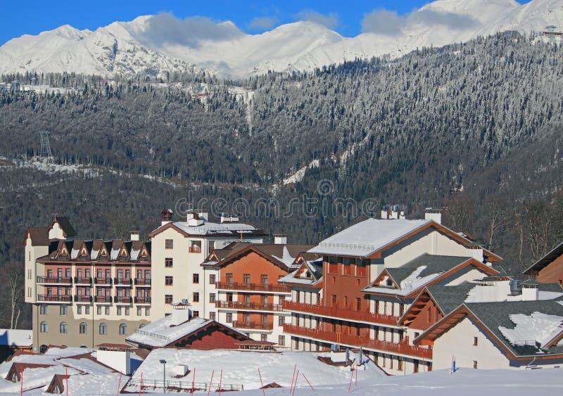 Деревня на лыжном курорте, снежные кавказские горы гостиницы стоковое фото rf