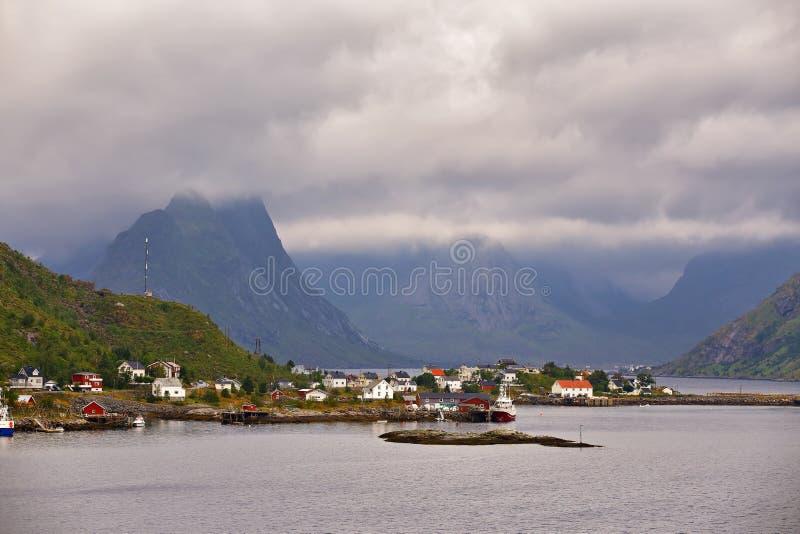 Деревня Норвегии на фьорде Нордический пасмурный летний день стоковое изображение