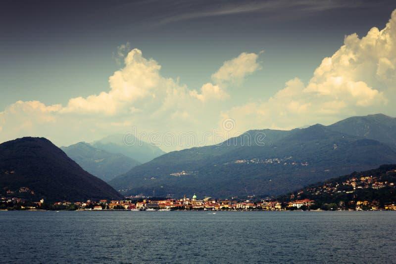 Деревня озера гор стоковые фотографии rf