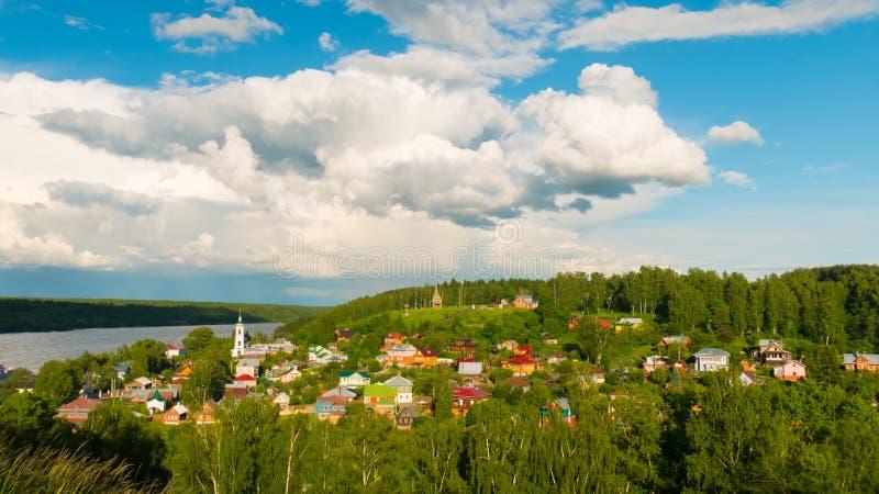 Деревня около реки стоковая фотография rf
