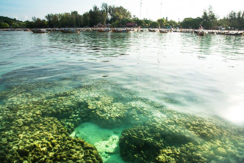 Деревня пляжа и рыболова коралла на острове Lipe, satun, Таиланде стоковое изображение rf