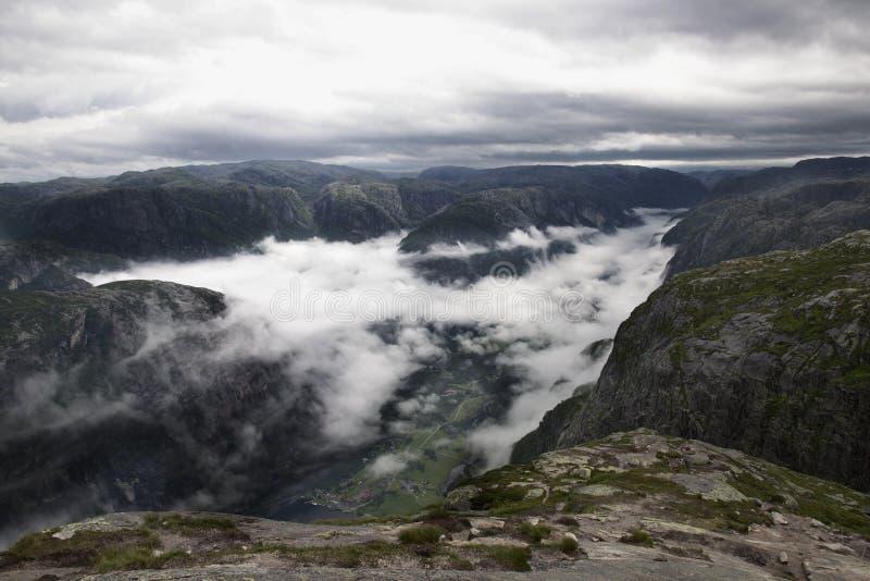 Деревня под облаками около Kjerag стоковые изображения rf