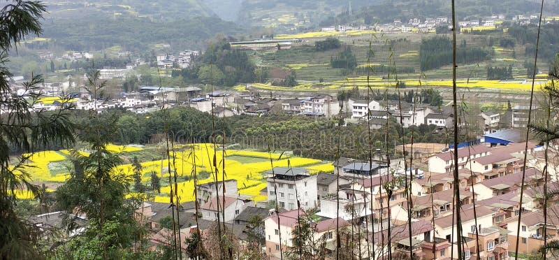 Деревня рядом с террасой в провинции Юньнань, Китае стоковое изображение