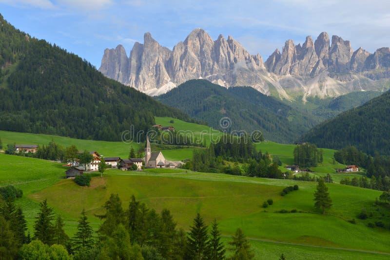 Деревня Санты Maddalena в горах Dolomiti стоковая фотография rf