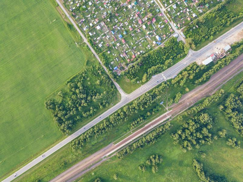 Деревня съемки трутня вертолета с дорогой стоковое фото