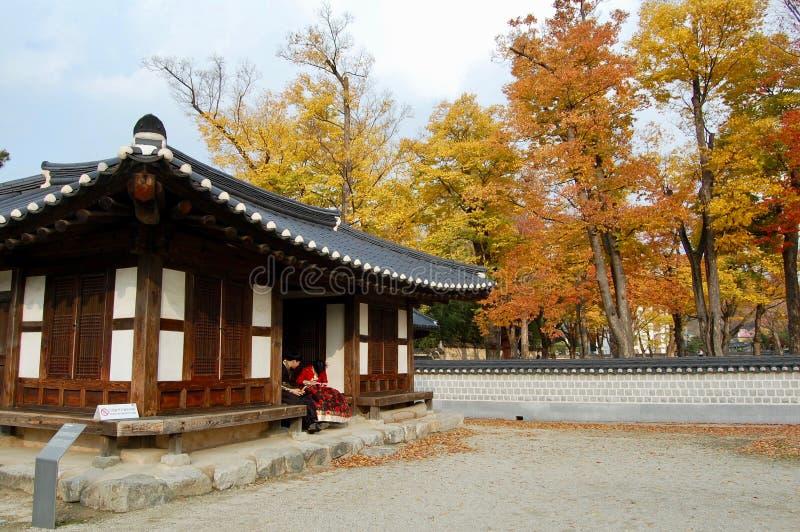 Деревня Чонджу Hanok, Южная Корея - 09 11 2018: пара во внутренности платья hanbok традиционного дворца стоковые изображения