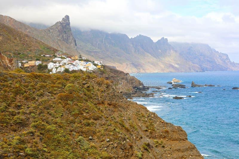 Деревня Almaciga маленькая в горе Anaga на Атлантическом океане, Тенерифе, Испании стоковые фотографии rf