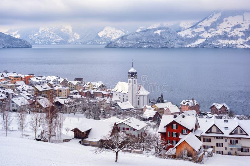 Деревня Beckenried на озере Люцерне, швейцарских горах Альп, Швейцарии, взгляде в зимнем времени стоковые изображения rf