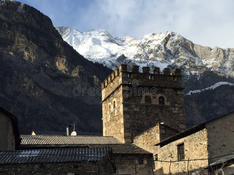 Деревня Benasque со снежной горой на заднем плане стоковая фотография