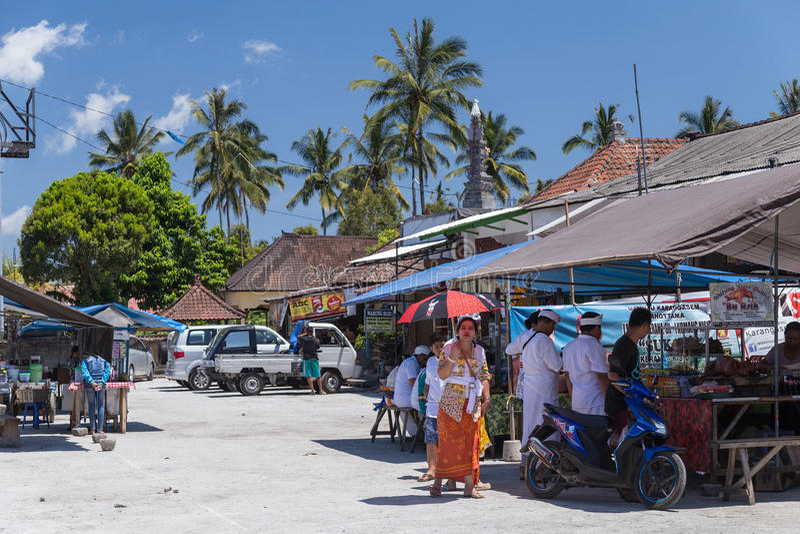 Деревня Besakih, Бали/Индонезии - около октябрь 2015: Ресторан обочины на рынке деревни в Бали, Индонезии стоковое изображение