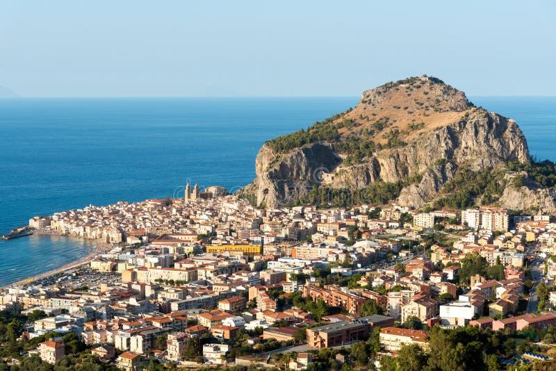 Деревня Cefalu в Сицилии стоковые изображения