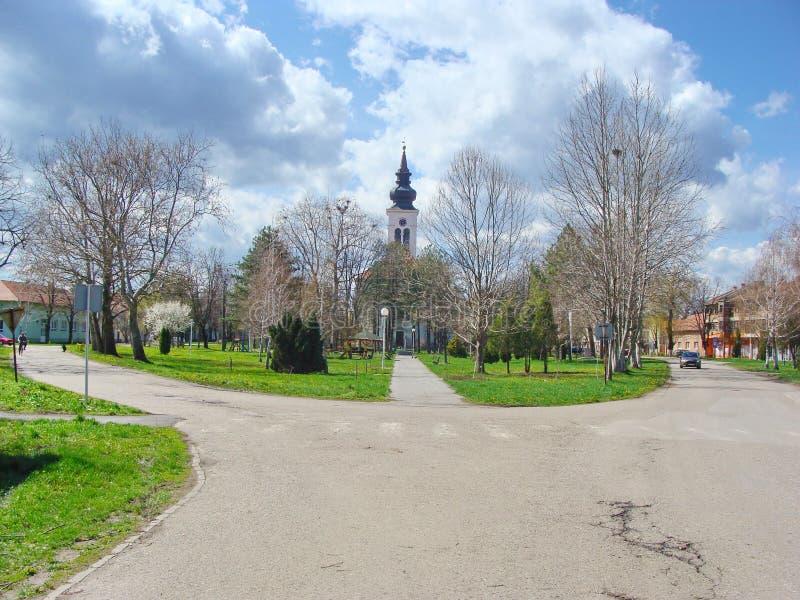 Деревня Debeljaca, Воеводина, Сербия Центр деревни с башней парка и церков стоковое фото rf