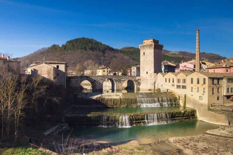 Деревня Fermignano средневековая с красивым водопадом стоковые фотографии rf