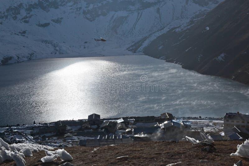 Деревня Gokyo и озеро Dudh Pokhari на восходе солнца стоковые фотографии rf