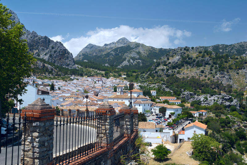 Деревня Grazalema взгляда белая в Андалусии стоковое фото rf