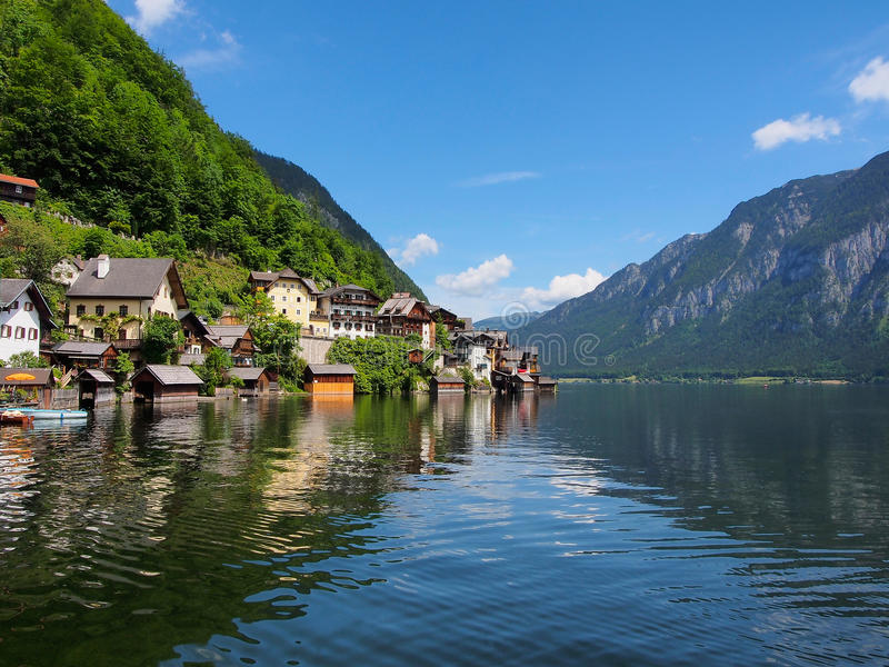 Деревня Hallstatt и высокогорное озеро в солнечном дне alps австрийские стоковые изображения rf