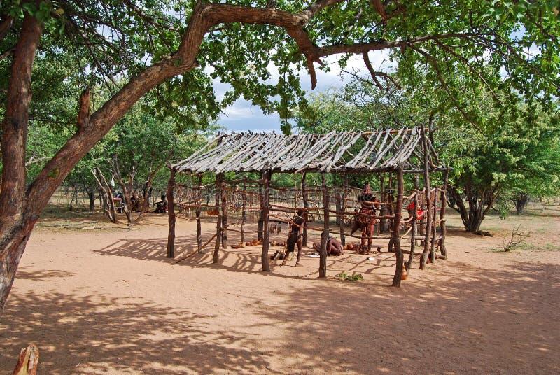 Деревня Himba с традиционными хатами около национального парка Etosha в Намибии стоковое фото